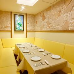 マユールにも個室ができました。接待や大切な方とのお食事会や少人数のご宴会に最適です。4名様~10名様ご宴会コースご利用のお客様に限ります。金曜の夜はご利用できません。