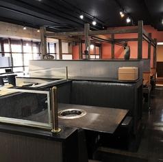 シックな黒で統一された椅子と、濃茶の木製テーブルが大人な空間を仕立て上げます。ちょっと飲みたくなった日にも、ぜひご利用ください♪