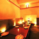 少人数様に最適なお席をご用意しております。和の心地よさを残しつつ、宴会の邪魔をしないシンプルさも兼ね備えた空間でごゆっくりと会話をお楽しみ下さい。