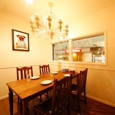 シャンデリア煌めく個室は2名~4名様。白を基調とした清潔感ある空間で記念日やデートにも最適。小さな窓から見えるの外の景色を眺めながらお食事をお愉しみ下さい。
