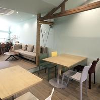 1階はカウンター。2階は個室利用もできるテーブル席。