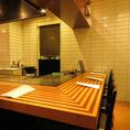 カウンター席は目の前が鉄板になっているので、調理人の技を間近でお楽しみ頂けます。鉄板ならではの音と香り等五感で楽しめる空間です♪≪禁煙・チャージ無料≫  東京駅/八重洲/宴会/記念日/デート/接待/会食/鉄板焼き/カウンター/歓送迎会/肉料理/ワイン/ランチ/同窓会/女子会/ステーキ/コース/誕生日