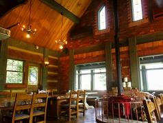 レストランウェディングも当店で承っております♪店内中央には暖炉があって雰囲気抜群♪