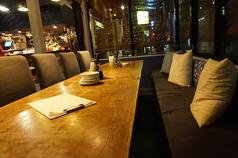 雰囲気ある半個室のサンルームは片面ソファー席で、テーブルを合わせると最大10名様が収容可能!