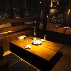 夜景を一望できる人気のカップルシート!窓側の角の掘りごたつでゆったりと。