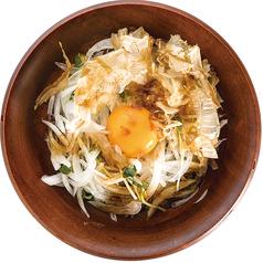 料理メニュー写真オニオンスライスの卵黄のせ