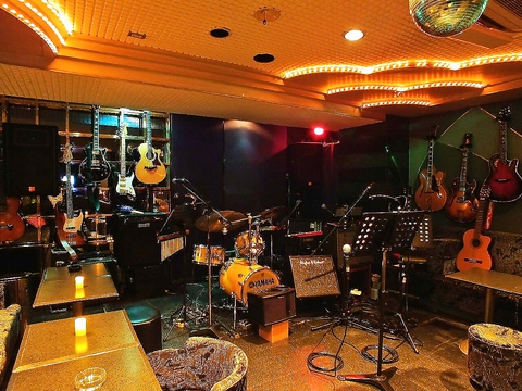 西麻布オーバードは、生演奏・生バンドで、歌える生カラオケのお店です。