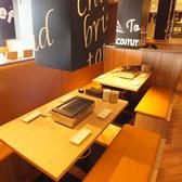4名様までご利用いただけるテーブル席。上野で最強コスパの人気焼肉食べ放題で、皆様の各種ご宴会をもっと楽しいものに!