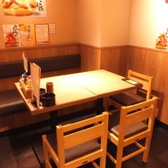 【横浜】壁側はソファー席のテーブルもございます◎