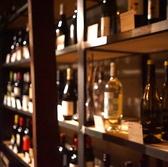 約100種類の豊富なラインナップが魅力のワイン庫!自然派ワインを中心にリーズナブルで美味しいカジュアルワインを取り揃えています。自由に入れるのでふらっと覗いてみてください。