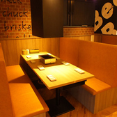 8名様のテーブル席。狭さを感じさせない広々としたテーブルなので、思う存分食べ放題をご堪能いただけます。