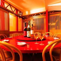 【円卓個室/8~10名席】ぐるりと円卓を囲み、一体感のあるご宴会が実現!彩り豊かにテーブル上にたくさんのお料理を並べ、会話とともに楽しむ中華料理の醍醐味を堪能いただけます。