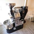 【当店自慢の自家焙煎機】丁寧に焼き上げられたコーヒー豆から淹れる1杯のコーヒーは格別。自家焙煎ならではのフレッシュな味わいをお楽しみください☆