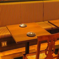 2名様~御利用しやすいテーブルを基本として配置しております!!隣同士のお席を付けて4名様や10名様以上の対応も可能です♪♪お気軽に御来店ください☆またK-POP番組が流れるスクリーンがあり、大好きな韓流スターを見ながら、ゆったりとお過ごし頂けます♪