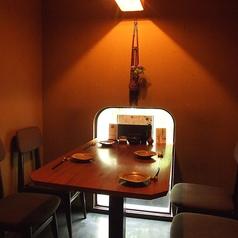 3名様~4名様まで対応可能な完全個室。テーブルタイプのお席なので靴を脱がずに気軽にご利用頂けます。