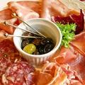 料理メニュー写真パルマ産生ハムと3種類のサラミ、オリーブの盛り合わせ