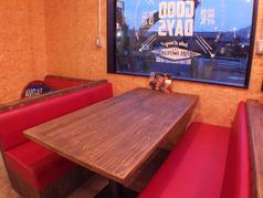 窓際のテーブル席。広々テーブルでお食事もストレスフリー。