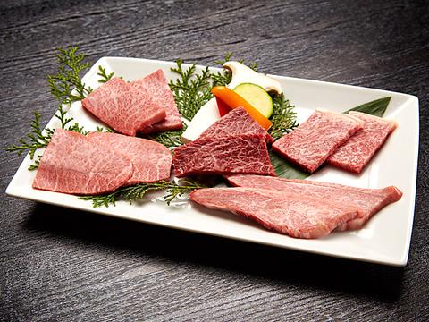 肉質で選び抜いたA5黒毛和牛が味わえる。なかでもNAKAME+では極上熟成タンがお勧め