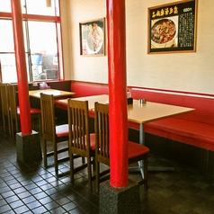 一階には約70名まで入ります。テーブルをくっ付けて小・中規模宴会をするにも最適。テーブルとテーブルの間のスペースを広くとっているため、周囲の目や会話を気にせずお食事をお楽しみ頂けます。