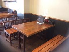木のぬくもりが感じられるテーブル席。