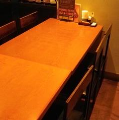 6人掛けと4人掛けのテーブル席があります