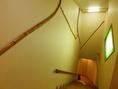 階段の装飾、壁には旧店舗の階段の手すりの竹が壁に埋め込めれてます。
