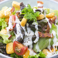 料理メニュー写真カリカリベーコンとチーズクルトンのサラダ