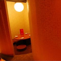奥まった場所にある円卓の掘りごたつ個室です。コンパは大盛り上がりです。