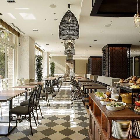 四季折々の景観が楽しめるガーデンが自慢のリゾートホテルレストラン。
