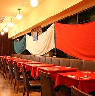 イタリア三色旗のような色彩やかなカーテン