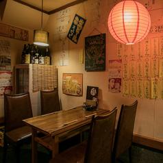 昭和レトロな空気感が漂う店内。1Fテーブル席は3~4名様でのお食事や飲み会に最適です。ご注文はお近くのスタッフまでお気軽に!