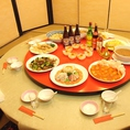 ゆったりおくつろぎ頂ける個室をご用意。円卓を囲んで皆さんで本格的な中華をお楽しみください。