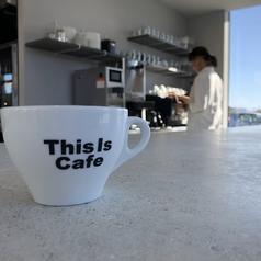 外の景色が楽しめるカウンター席♪当店のバリスタが淹れるコーヒーを見ながら本格コーヒーをお楽しみください!