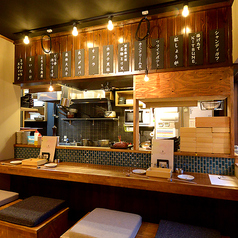 ゆったりと広めのカウンター席は落ち着いた雰囲気でお食事をお楽しみ頂けます。カウンターの目の前で揚げたての天ぷらをサクサクアツアツでお召し上がり頂けます♪KITSUNEはカウンターが一番の特等席!