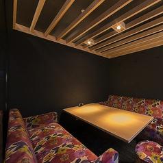 モダンでお洒落な雰囲気のソファー個室。完全個室なのでプライベートな空間でお楽しみいただけます。