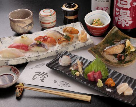 店主が毎朝仕入れる、旬の魚を使った料理が自慢。地酒や焼酎も豊富です。