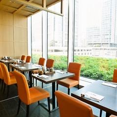 テーブル席はご友人やご家族で楽しめる明るいお席