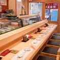 板前が目の前で江戸伝統の寿司を握ります。目の前で寿司を握ってもらえる特等席。