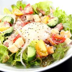 料理メニュー写真炙りベーコンのシーザーサラダ