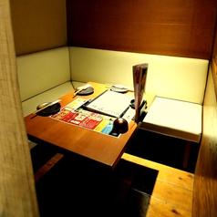 3名様でのプライベートシーンなどでご利用いただける半個室空間です。