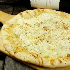 料理メニュー写真ナッツ&チーズのピザ (Pizza/Coca )