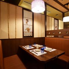 落ち着いた雰囲気のテーブル席はちょっとしたお食事や飲み会に最適です。※系列店との併設店舗です。