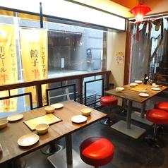 アジアの屋台を思わせる雰囲気が人気◎小グループで座れるテーブル席