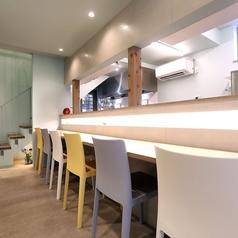 1階はカウンター席。暖かみのある明かりが特徴で、厨房の様子も感じながらお過ごしいただけます。お一人でのご来店も大歓迎です。