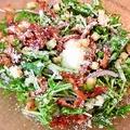 料理メニュー写真ベーコンと温卵のシーザーサラダ