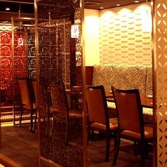 半個室型のテーブル席はパーテーションで仕切ることができます♪デートやご友人との2人だけのご利用の際には、贅沢に2名席としてのご利用も可能です!