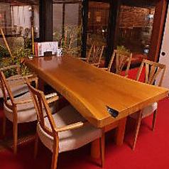 奥にテーブル席もご用意あります。車椅子の方もご案内できますのでお電話ください