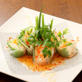 料理メニュー写真サーモンとシャキシャキ野菜のライスペーパーロール