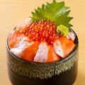 料理メニュー写真サーモン親子丼(香の物、味噌汁付)