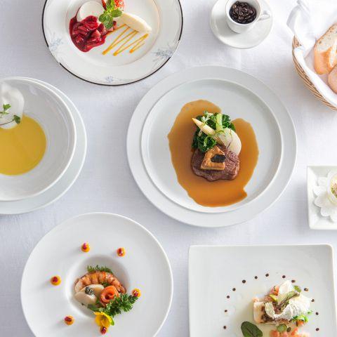 結婚式での披露宴で、「ゲストを美味しいお料理でおもてなししたい」などお料理にこだわるカップルにとってぴったりのレストランです。ゲストとカップルの距離が近く、ゲストもリラックスできる空間を結婚式のプロとシェフが演出します。幸せなひとときをジャルダン・ド・ルセーヌでお過ごしください。